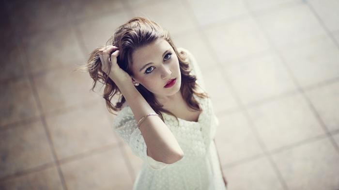 руки на голове, голубые глаза, фильтр, брюнетка, девушка, белое платье