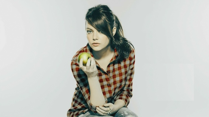 Эмма Стоун, яблоки, актриса, девушка, смотрит в глаза, голубые глаза, рыжие, брюнетка
