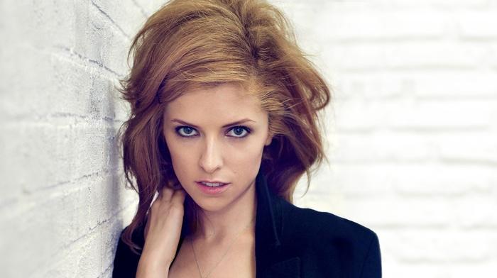 актриса, девушка, открытый рот, смотрит в глаза, голубые глаза, брюнетка