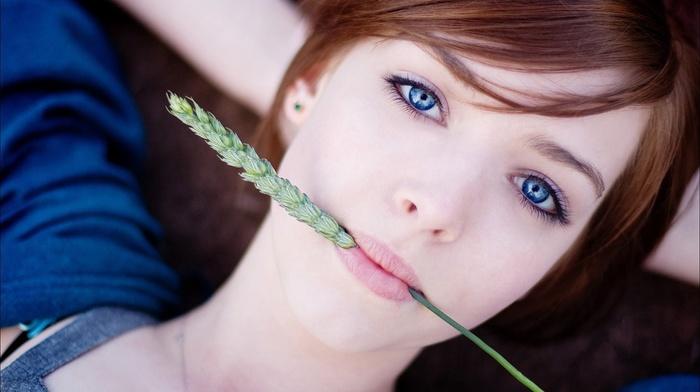 девушка, голубые глаза, лицо, рыжие, лежа, смотрит в глаза