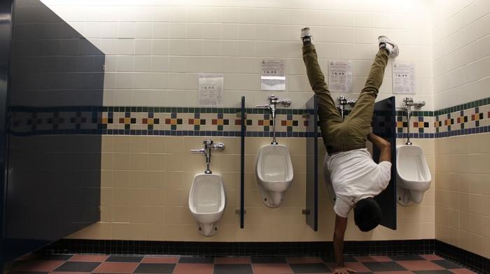 вверх торомашки, мужчина, туалет, креатив