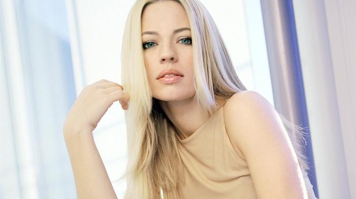 блондинка, голубые глаза