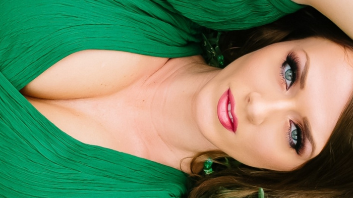 Aida Ridic, multiple display, cleavage
