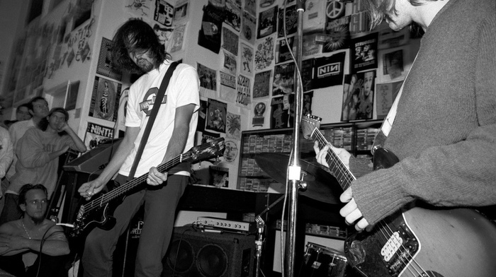 musicians, monochrome, concerts, rock stars, guitar, crowds, Nirvana, Krist Novoselic, men, Kurt Cobain, bass guitars, grunge, legends