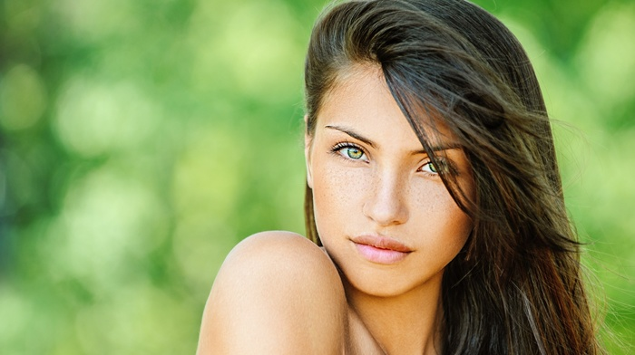 looking at viewer, long hair, bare shoulders, girl, model, juicy lips, face, girl outdoors, brunette, freckles, bokeh, depth of field, green eyes, portrait