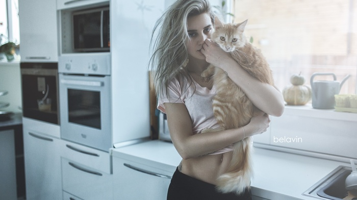 model, looking at viewer, Tatyana Andreevna, cuddle, cat, girl with cat, kitchen, leggings, wavy hair, Alexander Belavin, blonde, girl, girl indoors