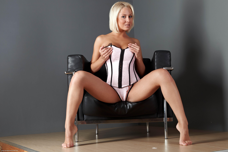 Пышная девушка на стуле 14 фотография