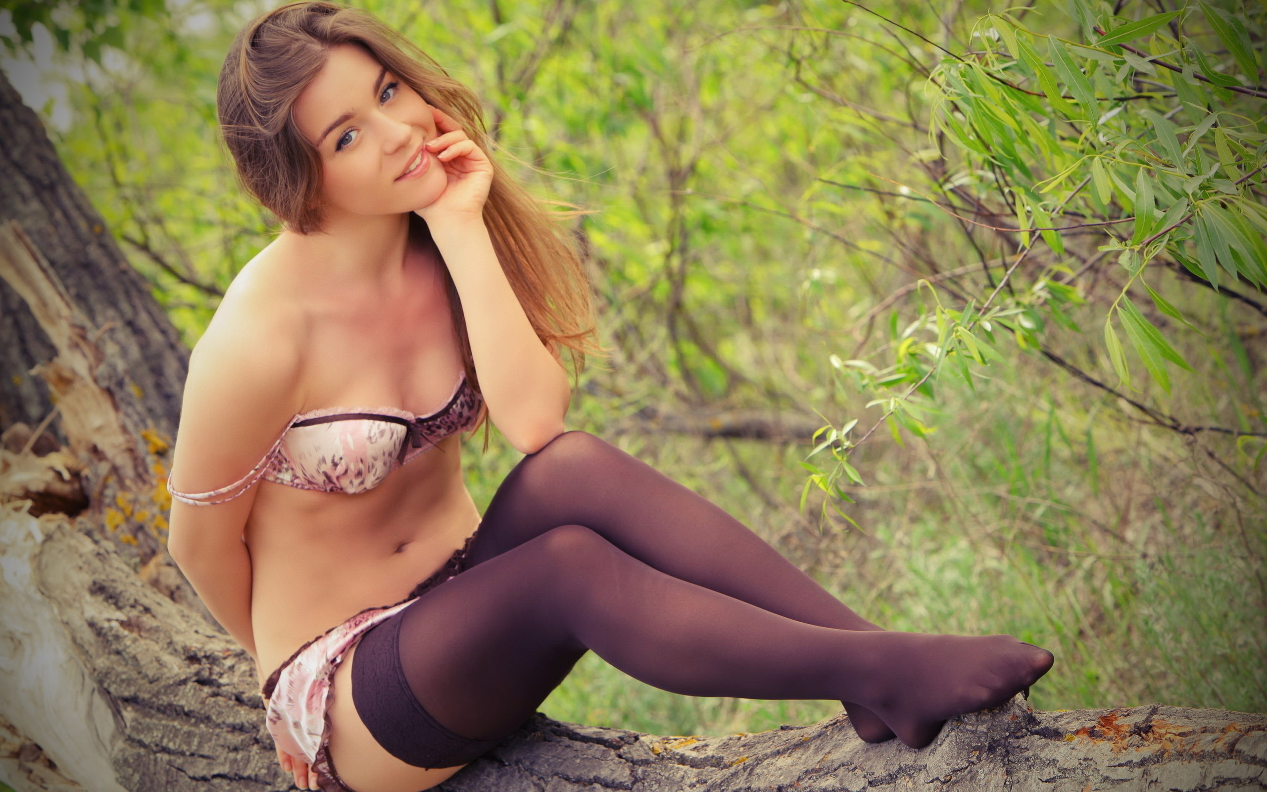 russkaya-devushka-v-seksualnih-chulkah-na-prirode