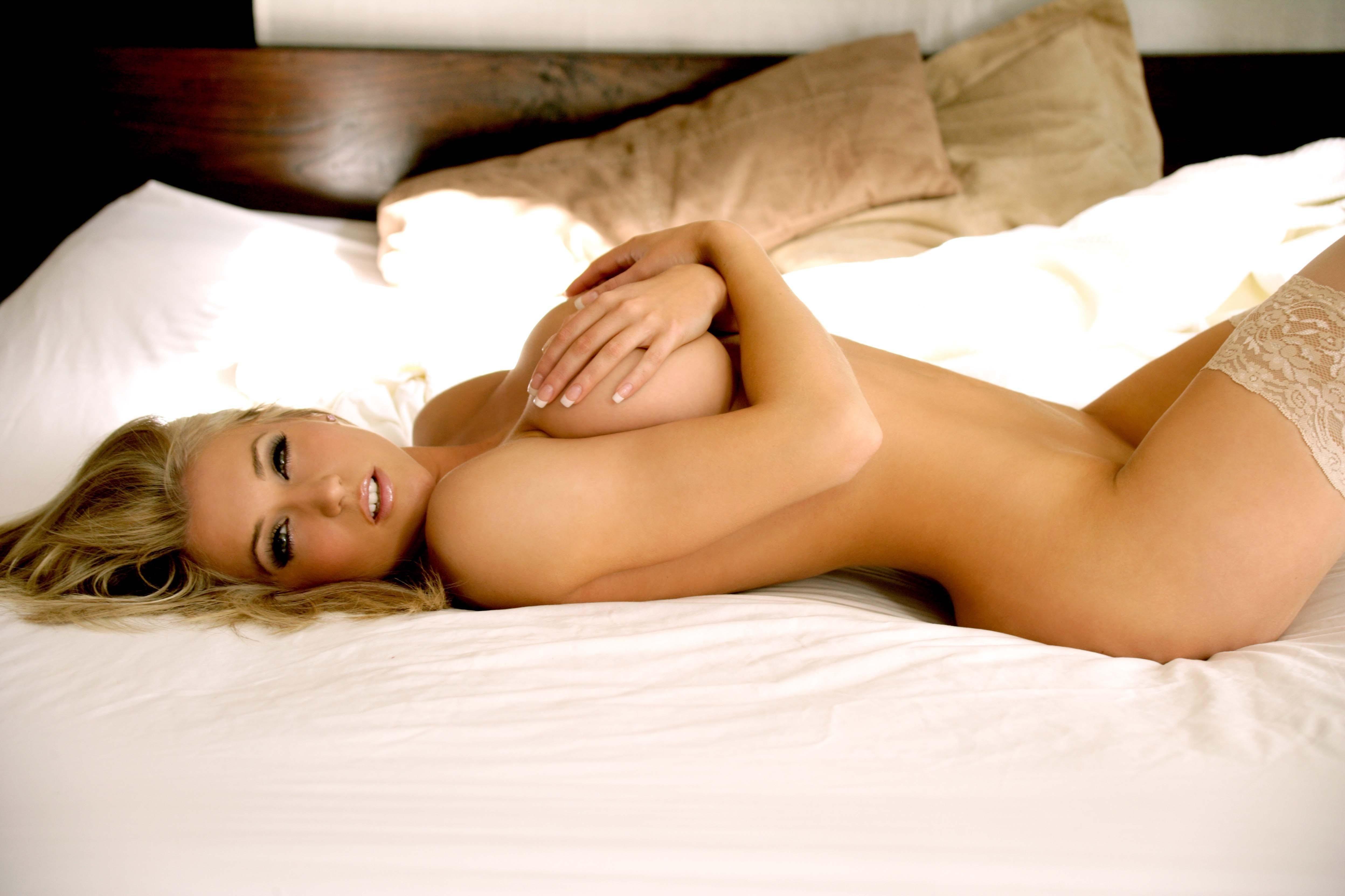 golaya-blondinka-v-posteli