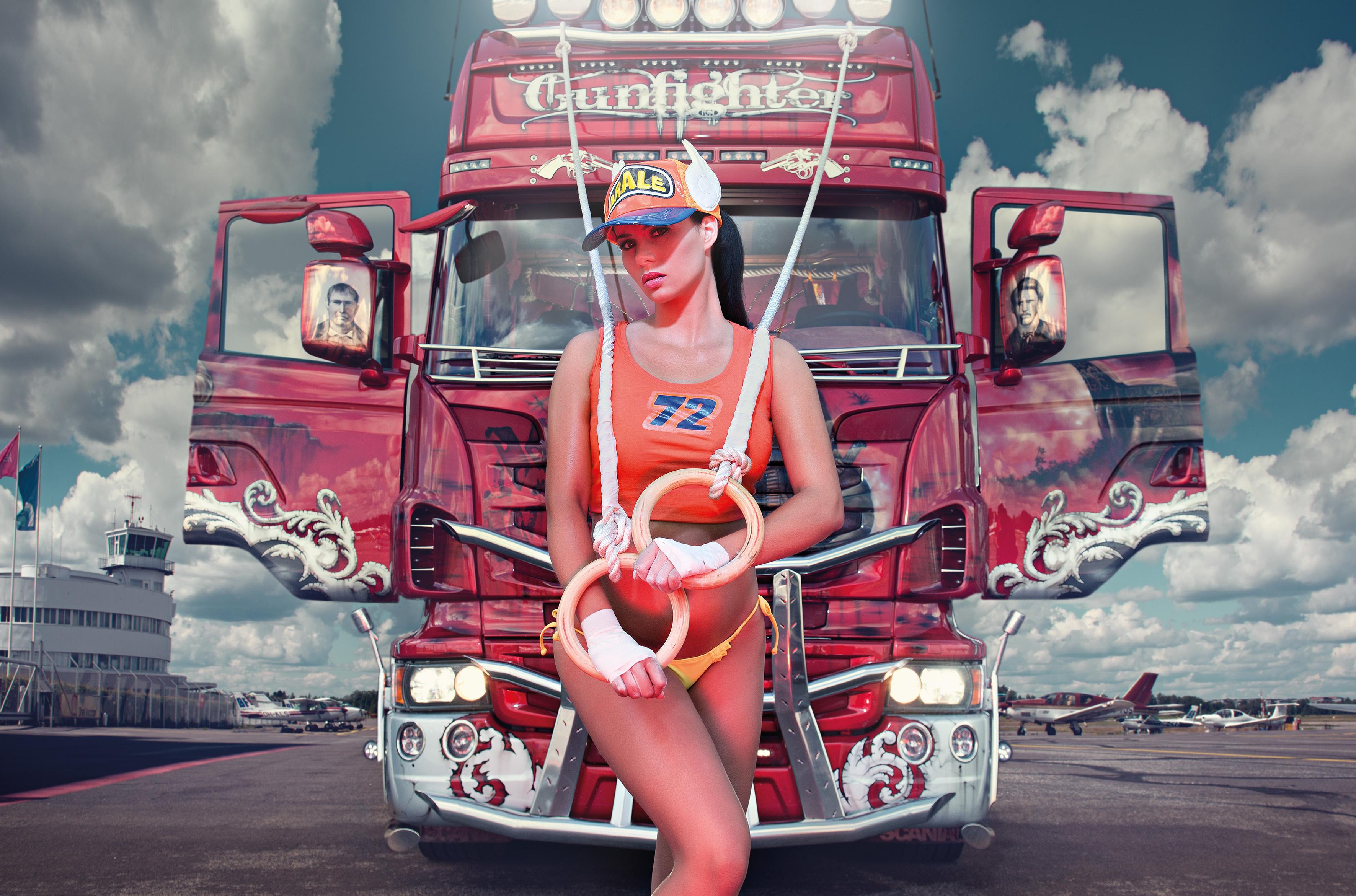 Девушка и ее грузовик фото