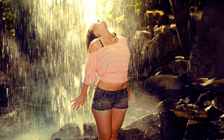 Фото девушек на аву под дождем