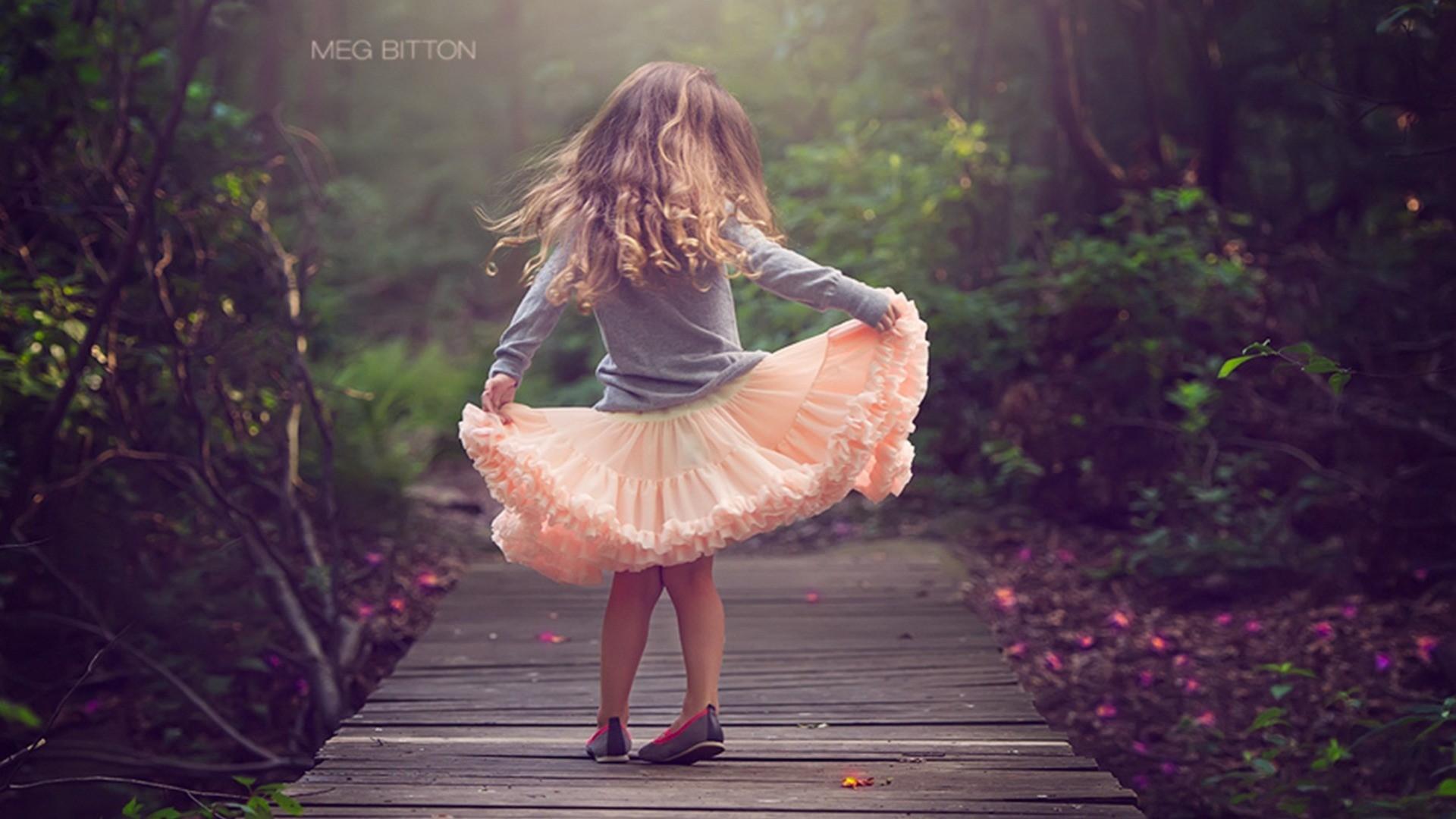 Танцует девушка в розовой юбке 7 фотография