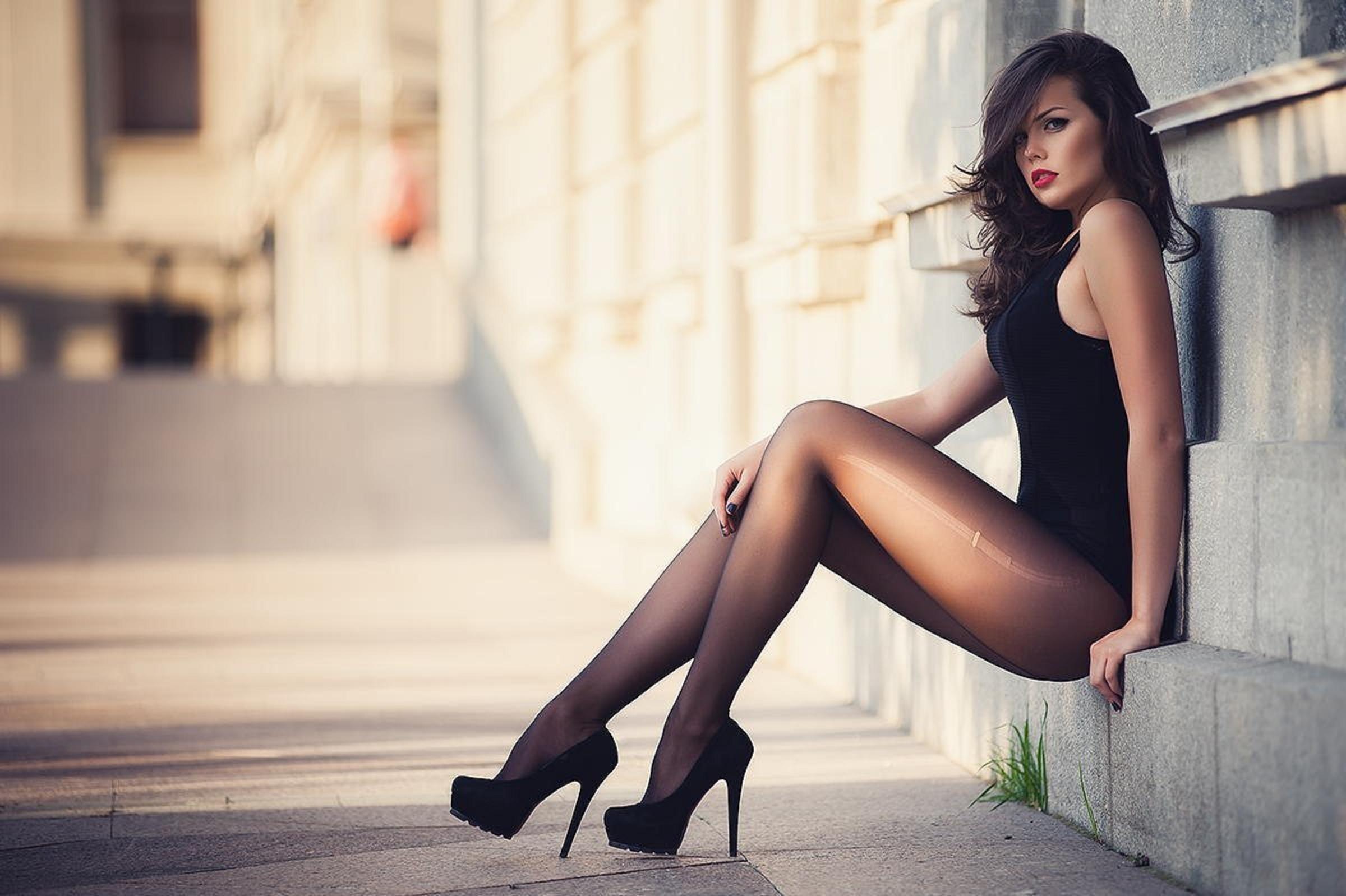 Стройные девушки в чулках и юбках 25 фотография