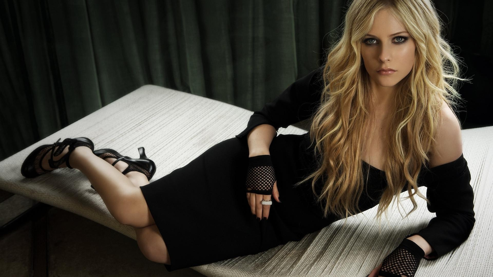 Фото модели в черном платье 155