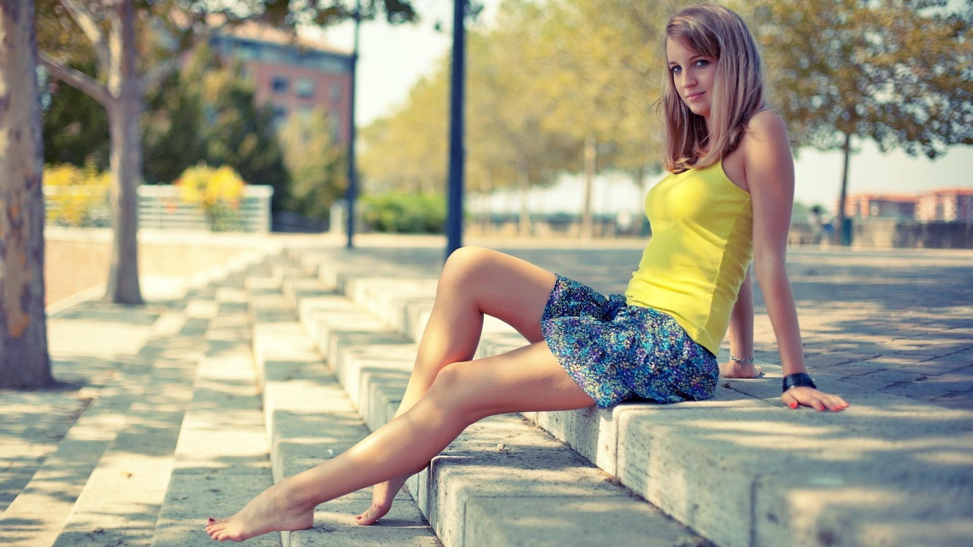 Фото на улице русских девушек ножки 7 фотография