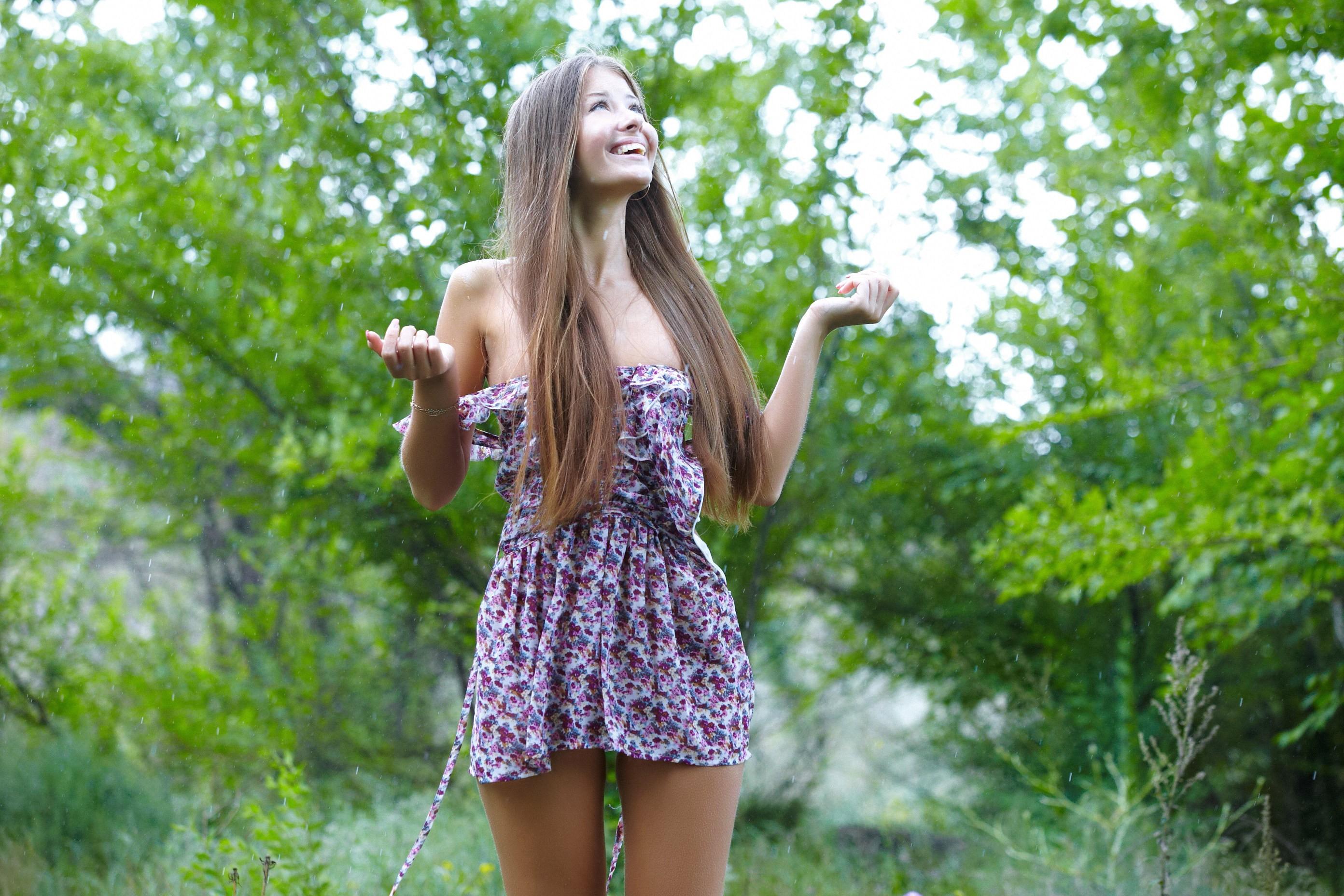 Фото девушка в парке летом русые волосы