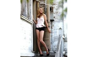 блондинка, кудрявые волос, дверь, ножки, высокие каблуки