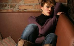 Кира Найтли, ботинки, свитер, брюнетка, диван