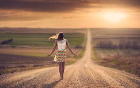 девушки на открытом воздухе, дорога, босиком, солнечный свет, девушка