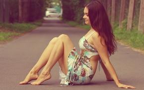 платье, брюнетка, сидя