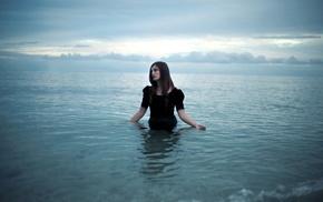 девушка, черное платье, море
