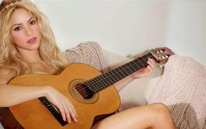 Шакира, Shakira, руки, ноги, диван, колени