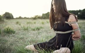 брюнетка, девушка, черное платье, девушки на открытом воздухе