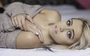 looking at viewer, girl, blonde, portrait, in bed
